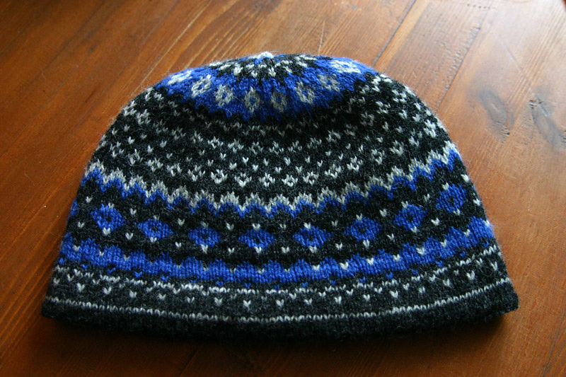 Біло-синя лижна шапочка
