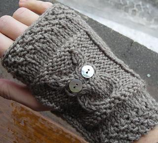 Ravelry mitaines hibou capuchon pattern by claire le - Comment tricoter des mitaines avec doigts ...